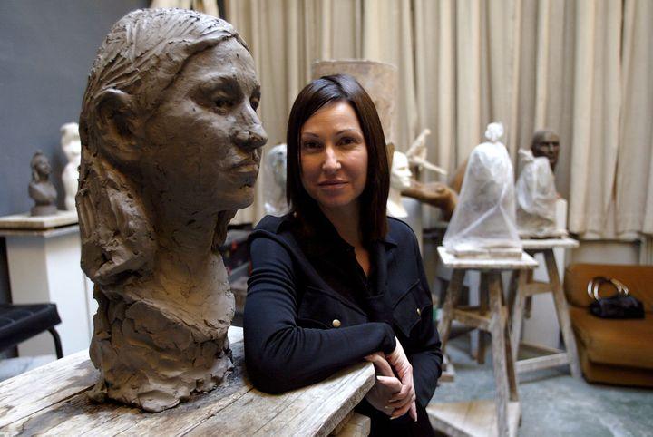 L'animatrice de télévision Evelyne Thomas pose pour le sculpteur Daniel Druet, le 19 novembre 2003 à Paris. (PHILIPPE DESMAZES / AFP)