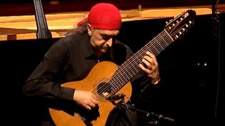 Egberto Gismonti et son instrument fétiche, la guitare à dix cordes.  (France Télévisions)