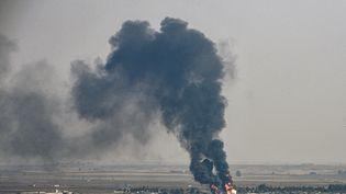 De la fumée s'élève de la ville de Ras al-Ain, en Syrie, le 17 octobre 2019. (OZAN KOSE / AFP)