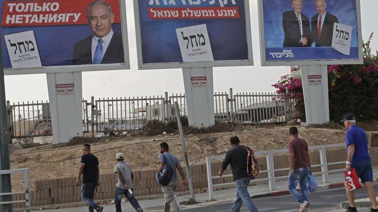 Des affiches électorales du Likoud, le parti de Benyamin Nétanyahou, àBeer-Sheva(Israël), le 15 septembre 2019. (HAZEM BADER / AFP)
