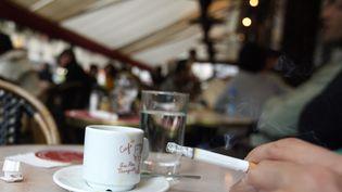 La Cour de cassation a prononcé, jeudi 13 juin 2013, l'interdiction de fumer sur les terrasses de café entièrement closes par des bâches, de la façade à la couverture. (PATRICK HERTZOG / AFP)