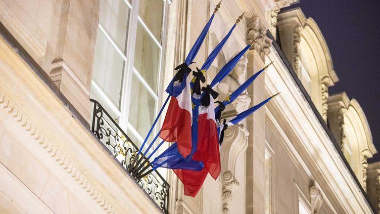 """Les drapeaux de l'Elysée, en berne, après l'attentat qui a visé le journal """"Charlie Hebdo"""",le 7 janvier 2015. (  MAXPPP)"""