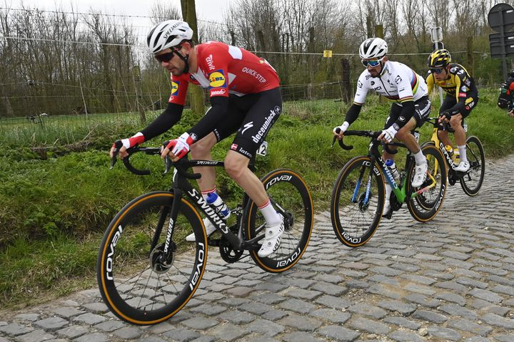 Kasper Asgreen, Julian Alaphilippe et Wout van Aert lors du Tour des Flandres 2021. (DIRK WAEM / POOL)
