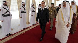 François Hollande accueilli à l'aéroport de Doha par le ministre qatari de la Culture, Hamad Bin Abdulaziz, le 4 mai 2015. (CHRISTOPHE ENA / POOL)