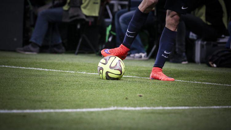 Un joueur de football, la balle au pied, le 23 mai 2015 à Paris. (MAXPPP)