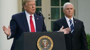 Le président américain Donald Trump et le vice-président des Etats-Unis, Mike Pence, lors d'une conférence de presse sur le nouveau coronavirus, le 27 avril 2020 à Washington D.C. (Etats-Unis) (MANDEL NGAN / AFP)