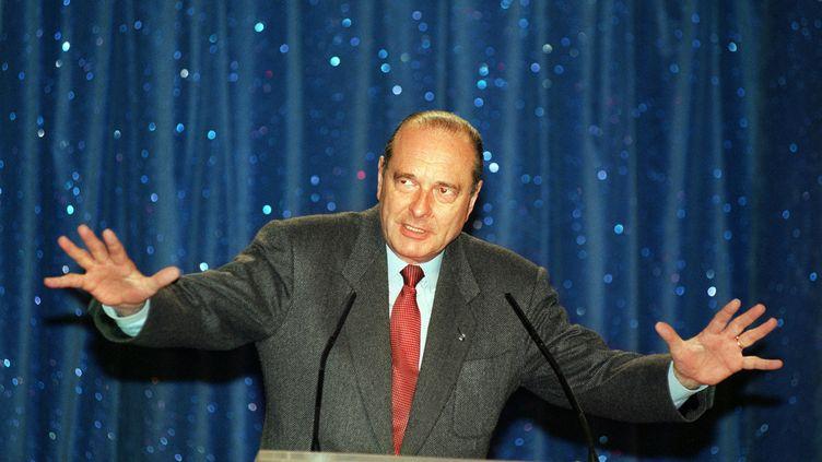 """Jacques Chirac candidat à l'élection présidentielle le 10 avril 1995, sur fond de rideau de scène du Cirque d'Hiver. L'homme intervenait lors d'une rencontre autour du thème : """"la culture pour tous"""". (GEORGES BENDRIHEM / AFP)"""