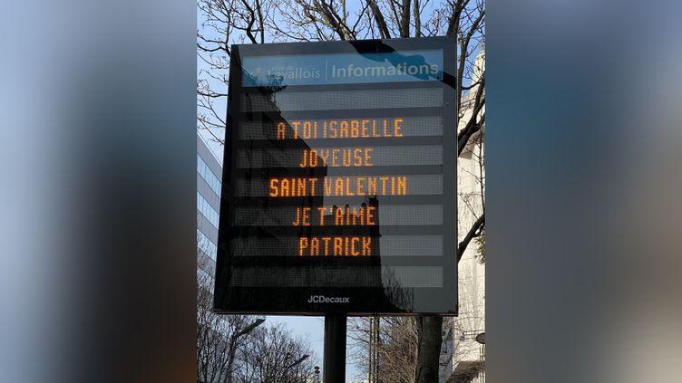 Photo d'un panneau municipal de Levallois-Perret tweetée par Isabelle Balkany, le 14 février 2021. (CAPTURE D'ÉCRAN)
