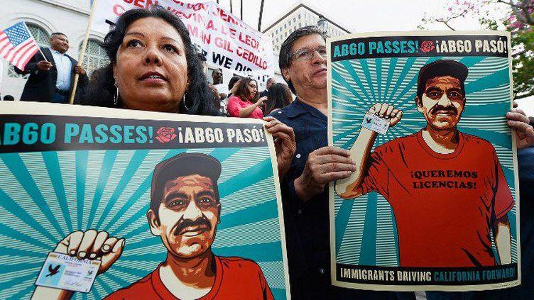Sur les marches du Los Angeles City Hall, le 3 octobre 2013, des sans-papiers californiens soutiennent le projet de loi AB60 du gouverneur de Californie Jerry Brown. (Kevork Djansezian / Getty Images / AFP)