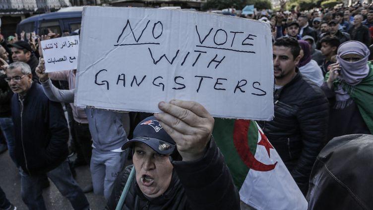 Des manifestants algériens protestent contre l'organisation de l'élection présidentielle, le 12 décembre 2019, à Alger. (FAROUK BATICHE / DPA / AFP)