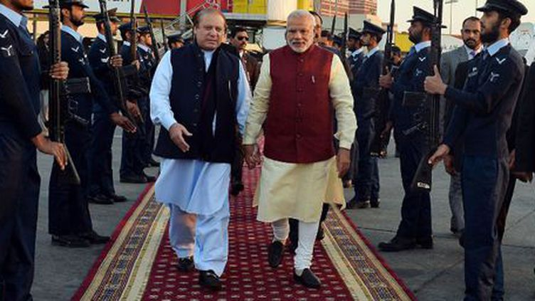 Le Premier ministre indien, Narendra Modi, et son homologue pakistanais, Nawaz Sharif, se tenant par la main à l'aéroport de Lahore le 25 décembre 2015. (AFP - INDIAN PRESS INFORMATION OFFICE - ANADOLU AGENCY)