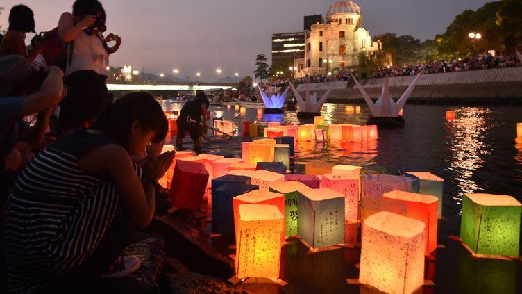 Les lanternes flottentsur le fleuve Motoyasu devant ledôme de Genbakude Hiroshima, jeudi 6 août 2015. (KAZUHIRO NOGI / AFP)