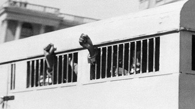 Le 16 Juin 1964 à la fin du procès de Rivonia, les huit accusés, dont Nelson Mandela, quittent, poings levés, le palais de justice de Pretoria. (AFP)