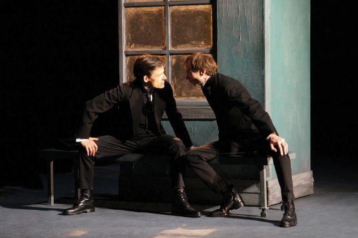 """Xavier Lafitte et Ronan Rivière dans """"Le Double"""" d'après Dostoievski, mis en scène et interprété par Ronan Rivière au Théâtre du Ranelagh à Paris en novembre 2019. (Ben Dumas)"""