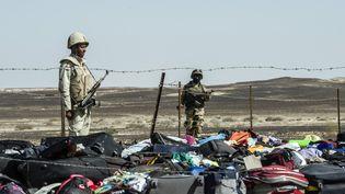 Des militaires égyptiens surveillent des bagages des victimes du crashde l'Airbus A321 de la compagnie russe Metrojet sur le site deWadi El-Zolmat, dans le Sinaï (Egypte), le 1er novembre 2015. (KHALED DESOUKI / AFP)