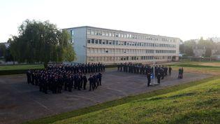 Dans la cour du lycée Aristide Briand, à Évreux, premier lever de drapeau pour les jeunes volontaires du service national universel. (FARIDA NOUAR / RADIO FRANCE)
