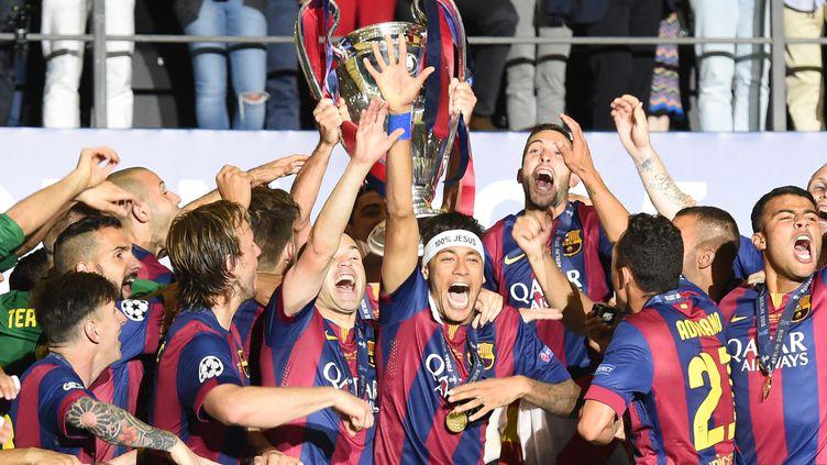 Les joueurs du Barça soulèvent la coupe à Berlin (MARCUS BRANDT / DPA)