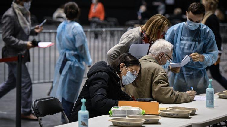 Le centre de dépistage et de vaccination du Palais des sports de Lyon le 14 janvier 2021. (JEAN-PHILIPPE KSIAZEK / AFP)