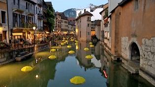 Pluie de parapluies sur le canal de Thiou par l'artiste italien Emmanuele Panzarini,  (capture d'écran France 3)