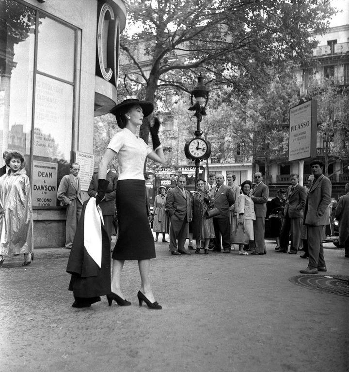 Le mannequin Alla portant le modèle «H» de la collection Haute Couture Automne-Hiver 1954. (Emile Savitry courtesy Sophie Malexis)