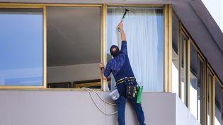 Comment obtenir de votre propriétaire qu'il rénove les fenêtres qui laissent trop passer l'air ? Illustration. (MAXPPP)