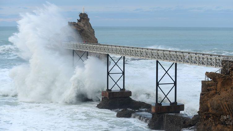 Le Rocher de la Vierge à Biarritz (Pyrénées-Atlantiques)balayé par les vagues, le 6 janvier 2014. (GAIZKA IROZ / AFP)