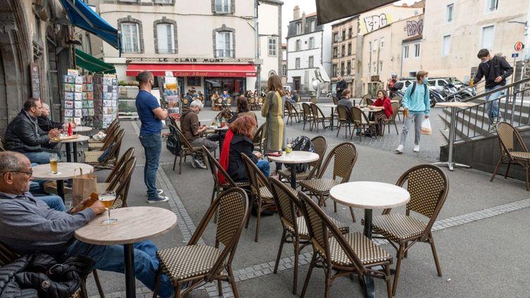 Une terrasse de café à Clermont-Ferrand (Puy-de-Dôme), le 22 octobre 2020. (THIERRY ZOCCOLAN / AFP)