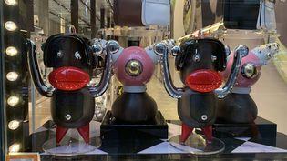 Les produits jugés racistes en vitrine du magasin Prada de Soho, à New-York.  (Chinyere Ezie)