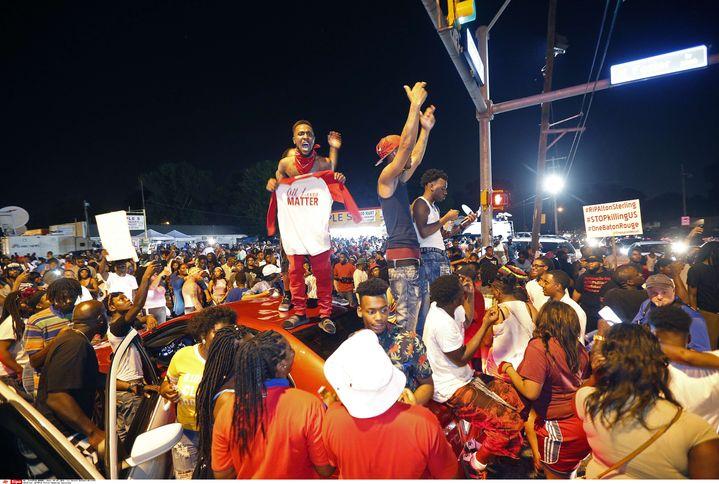 Des manifestants rassemblées àBâton-Rouge (Louisiane, Etats-Unis), le 6 juillet 2016, pour protester après la mort d'un Afro-américain abattu par la police. (GERALD HERBERT / AP / SIPA)