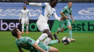 Bamba Dieng (OM)face à Romain Thomas (Angers) lors du match de Marseille face à Angers le 16 mai 2021. (CHRISTOPHE SIMON / AFP)