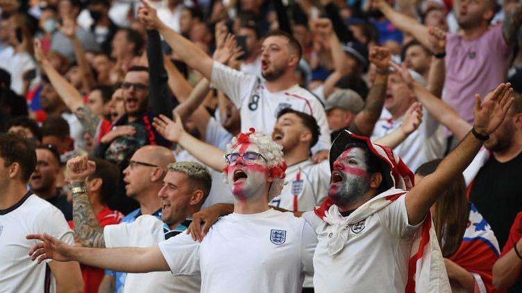 Les supporters anglais applaudissent avant le début de la demi-finale de l'Euro entre l'Angleterre et le Danemark au stade de Wembley à Londres, le 7 juillet 2021. (ANDY RAIN / AFP)