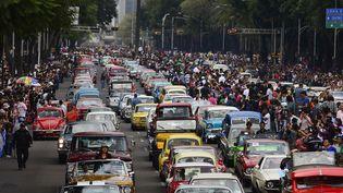 Défilé record de voitures de collection à Mexico  (ALFREDO ESTRELLA / AFP)
