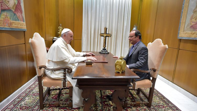François Hollande et le papeFrançois dans la salle Paul VI, au Vatican le 17 août 2016 (OSSERVATORE ROMANO /  AFP)