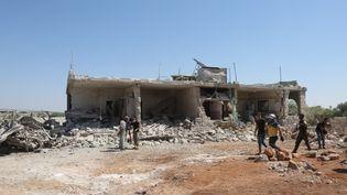 Des membres de la défense civile après un bombardement à Kafar Roma, sur le district d'Idleb (Syrie), le 25 juillet 2019. (IZEDDIN IDILBI / ANADOLU AGENCY / AFP)