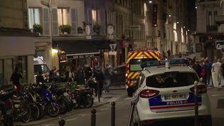 Les secours près d'un bar dans le XVIIe arrondissement de Paris, le 29 juillet 2021, après qu'une voiture a percuté une terrasse, tuant une personne. (FRANCE 3)
