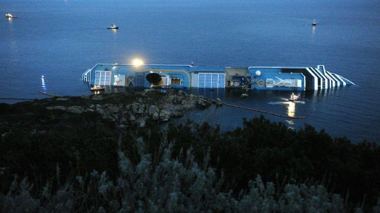 L'épave du Costa Concordia, près de l'île du Giglio (Italie), le 19 janvier 2012. (VINCENZO PINTO / AFP)