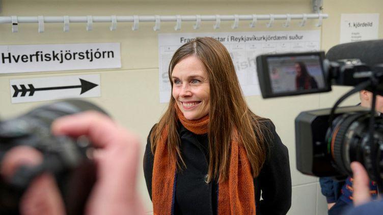 La Première ministre islandaise,Katrin Jakobsdottir, s'adresse à la presse dans un bureau de vote de Reykjavik, le 25 septembre 2021. (HALLDOR KOLBEINS / AFP)
