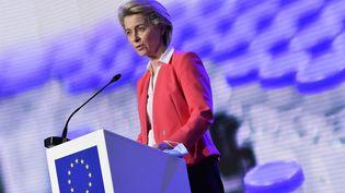 La présidente de la Commission européenne Ursula von der Leyen, lors d'une conférence de presse à Puurs (Belgique) le 23 avril 2021. (JOHN THYS / POOL / AFP)