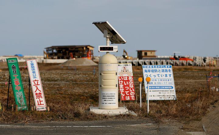Un compteur Geiger mesure la radioactivité àNamie le 1er mars 2017. Cette ville située à moins de dix kilomètres dela centrale nucléaire de Fukushima-Daiichi comptait plus de 20 000 habitants avant son évacuation le 12 mars 2011. (TORU HANAI / REUTERS)