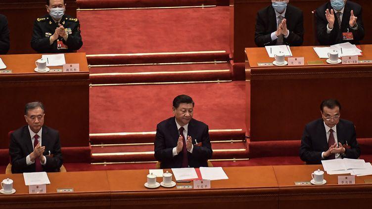 Les membres du Bureau politique du Parti communiste chinois autour du président Xi Jinping, à Pékin (Chine) le 11 mars 2021 (NICOLAS ASFOURI / AFP)