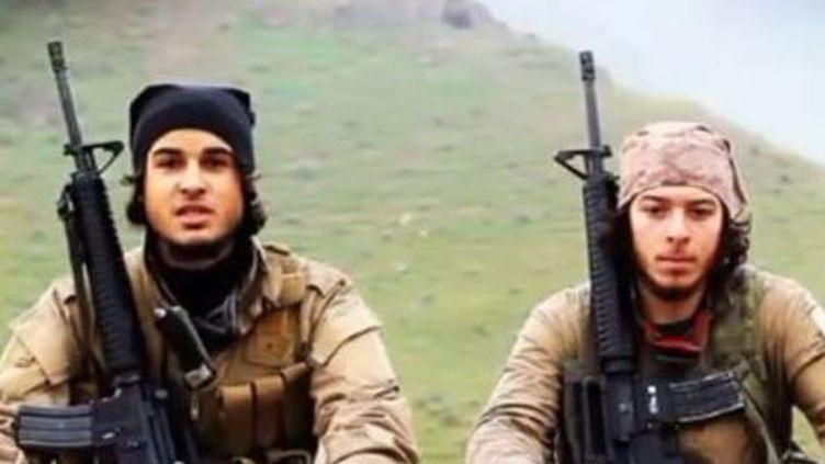 Capture d'écran d'une vidéo de l'organisation Etat islamique dans laquelle apparaissent deux jeunes Belges. (AL HAYAT MEDIACENTER)
