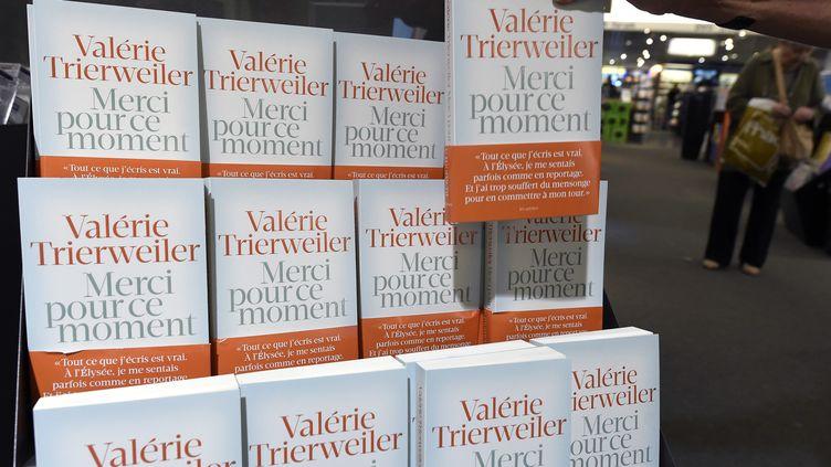 """Une personne prend un exemplaire du livre de Valérie Trierweiler""""Merci pour ce moment"""", dans une librairie de Montpellier (Hérault), le 4 septembre 2014. (PASCAL GUYOT / AFP)"""