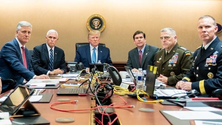 Donald Trump (au centre) suit, depuis la Maison Blanche (Washington, Etats-Unis), l'opération durant laquelle Abou Bakr Al-Baghdadi a été tué, le 26 octobre 2019. (SHEALAH CRAIGHEAD / CONSOLIDATED NEWS PHOTOS / AFP)