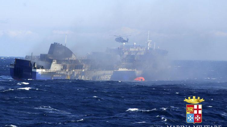 """Le ferry """"Norman Atlantic"""", le 29 décembre 2014, alors qu'il se dirige vers Brindisi (Italie), sur une photo de la marine italienne. (HODA EMAM / REUTERS )"""