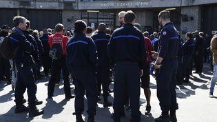 Les gardiens de la prison deFleury-Mérogis ont manifesté vendredi 7 avril 2017 après l'agression de six surveillants la veille. (BERTRAND GUAY / AFP)