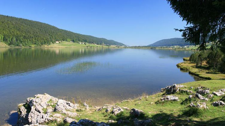 (Le lac des Rousses en Franche-Comté © Fotolia - Alexis Borg)