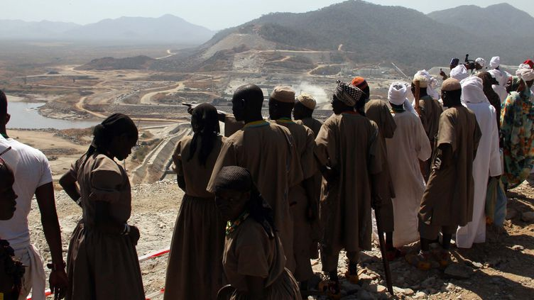 Site de la construction du Grand barrage de la Renaissance éthiopien construit sur le Nil bleu dans le nord de l'Ethiopie. Photo prise au début de sa construction en décembre 2014. (MINASSE WONDIMU HAILU / ANADOLU AGENCY)
