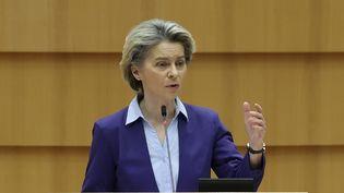 Ursula von der Leyen,présidente de la Commission européenne, s'exprime devant le Parlement européen, à Bruxelles, le 10 février 2021. (DURSUN AYDEMIR / ANADOLU AGENCY / AFP)