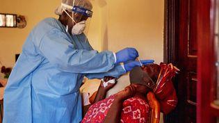 Test nasal pour détecter le coronavirus chez une femme récemment en contact avec un cas de Covid-19 à Juba, au Soudan du Sud, le 14 avril 2020. (ALEX MCBRIDE / AFP)