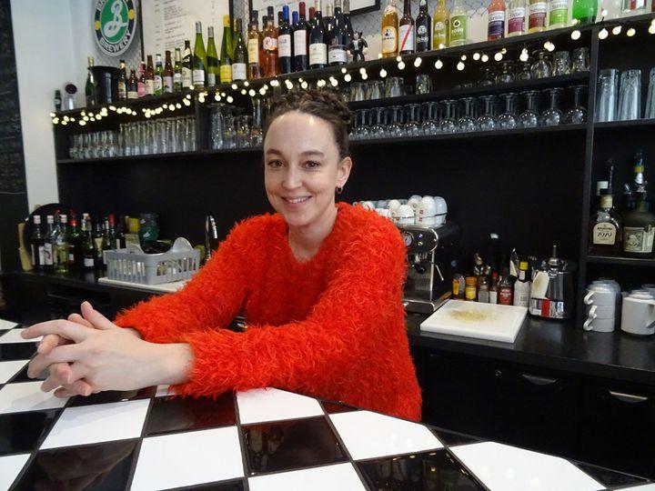 Julie David côté bar, au Walrus.  (Laure Narlian/Culturebox)